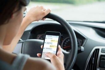 Szigorúbb büntetések a mobiltelefon és egyéb multimédiás eszközök vezetés közbeni használatáért