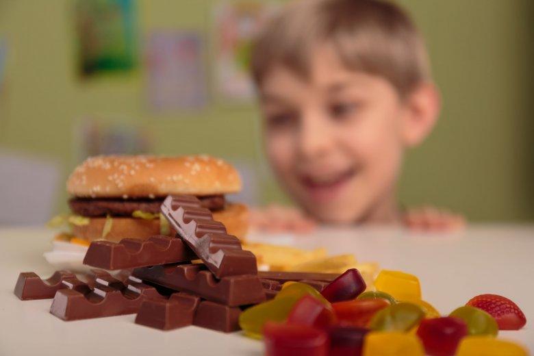 Egészségtelen rutin: lényegesen több gyerek eszik naponta édességet, mint gyümölcsöt