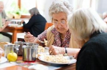 Étkezési jegyeket kapnak a 700 lejes szociális nyugdíjból élő idősek