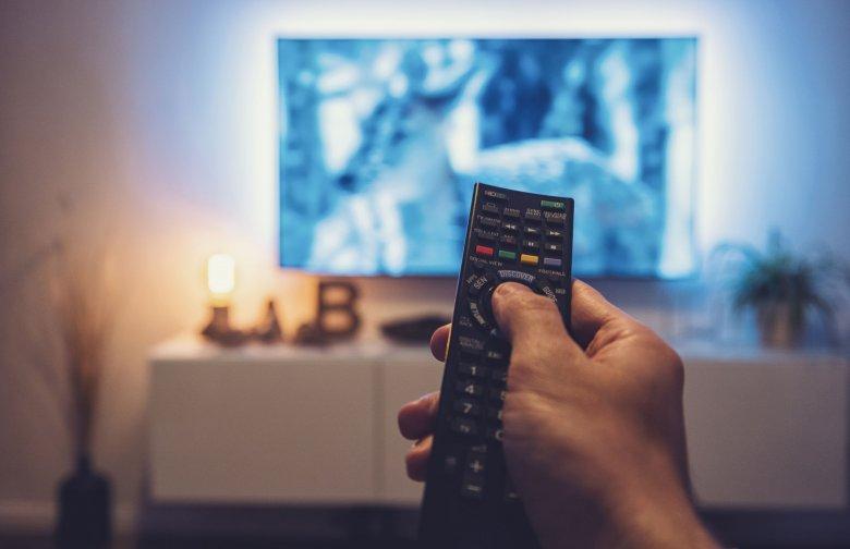 A romániaiak fele szerint a tévé révén terjednek az álhírek, csökkent a Magyarországban nem bízók aránya