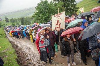 Még az égiek is megkönnyezik a szentatya csíksomlyói látogatását, várják a hegynyeregbe Ferenc pápát