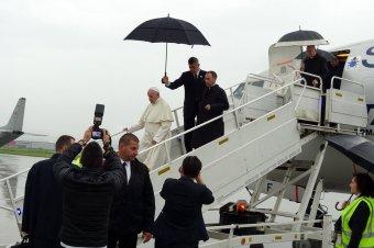 Szakadó esőben várják a hívek Ferenc pápát