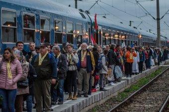 Ezernégyszáz zarándokkal érkezett meg a magyarországi zarándokvonat Csíkszeredába
