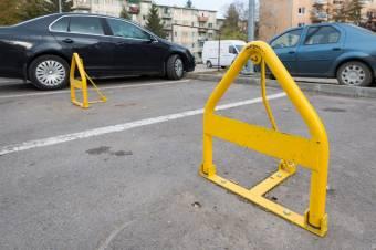 Bérelt parkolóhelyek a lakóövezetekben: van, ahol bevezették, máshol készülnek rá