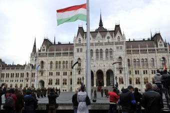 Aradi vértanúk – felvonták, majd félárbócra engedték a nemzeti lobogót az Országház előtt
