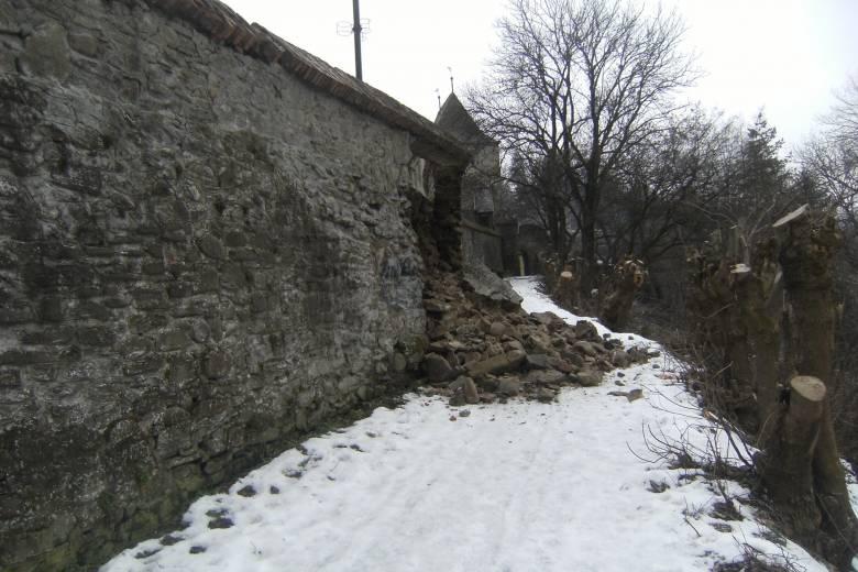 Leomlott a segesvári várfal egy szakasza