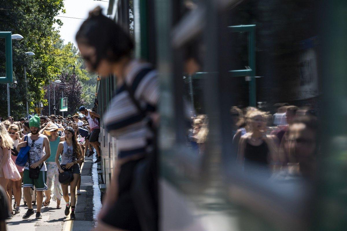 A 26. Sziget fesztiválra tartó fiatalok Budapesten, a Filatorigát HÉV-megállónál augusztus 8-án <span class=