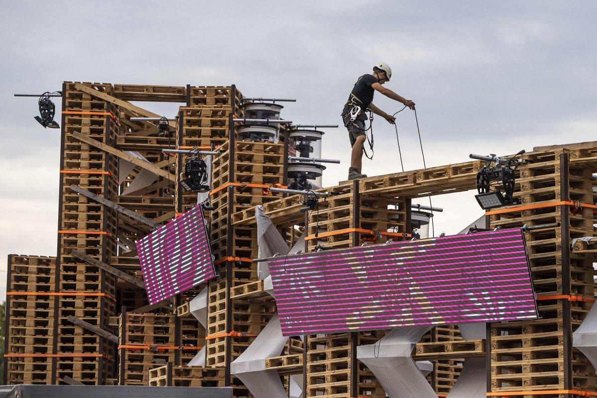 Munkás a Colosseum  bontásán, miután befejeződött a fesztivál <span class=