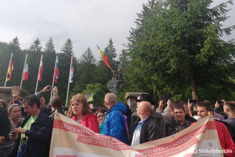 Elfoglalták az úzvölgyi sírkertet, ünnepeltek a románok