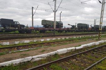 Katonai járműpark érkezik a vasúton