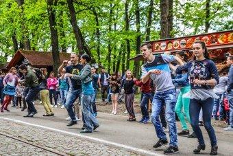 Piacon, erdőben, tereken táncoltak