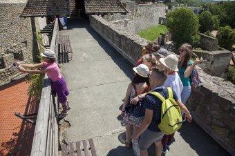 Meglátogathatják egymást a Kárpát-medencei magyar középiskolások a nemzeti összetartozás napján – utazás a pápalátogatásra