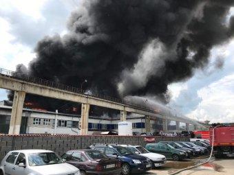 Ipari épületek gyúltak ki, hatalmas fekete füst gomolyog Székelyudvarhely fölött