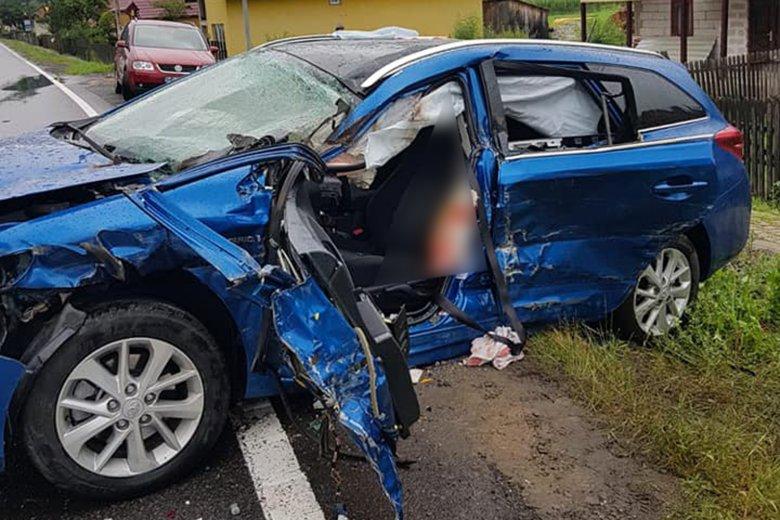 Lovak ugrottak az autó elé, súlyosan megsérült a sofőr