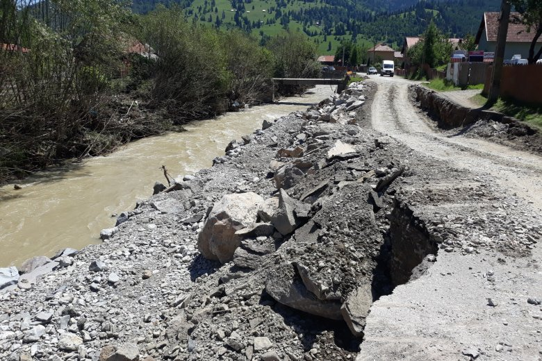 Elkezdik a helyreállítást az árvíz által is megrongált megyei úton a Gyimesekben