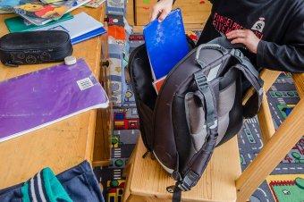 Gondokkal terhelt a magyar diákok iskolatáskája – Továbbra is égető probléma a tankönyvhiány és a gyereklétszám-csökkenés