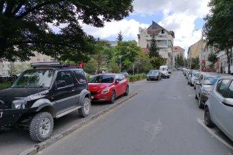 A járdákra is jut az autókból – különböző módokon próbálnak fellépni a jelenség ellen
