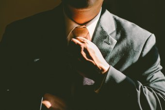Ráncba szedik a fogyasztóvédőket – magatartási és öltözködési rendet adott ki az elnök