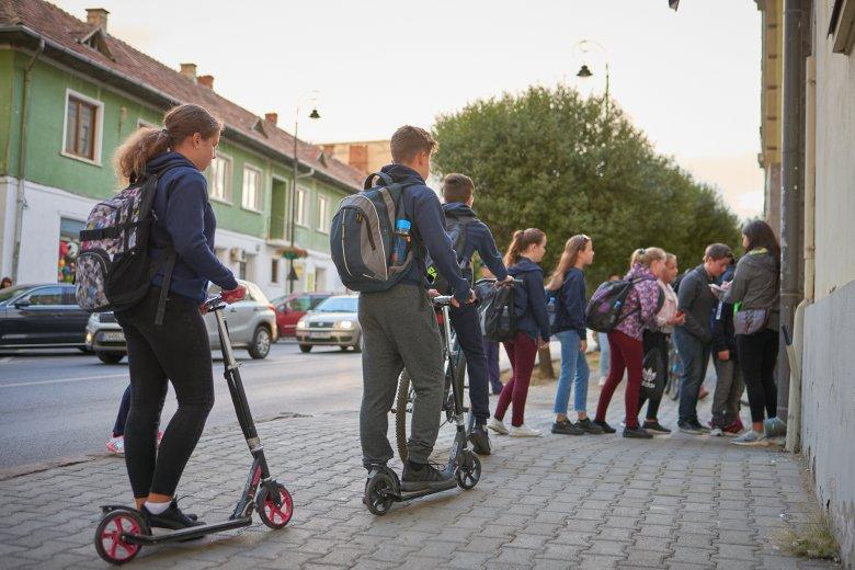Több ezer diák érkezett autó nélkül iskolába