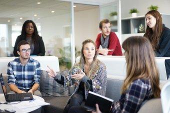 Törvénymódosítás az alkalmazottak védelmében: 20 ezer lejig terjedő bírsággal sújtható a munkahelyi diszkrimináció