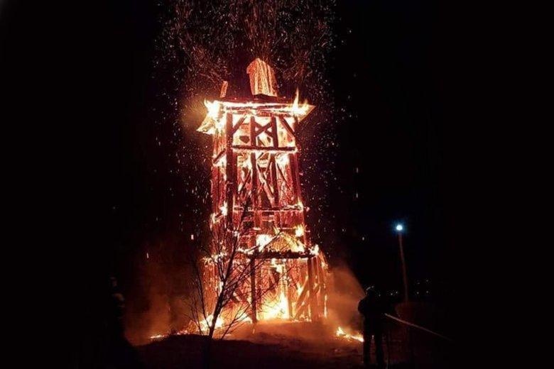 Leégett a református templom haranglába Héderfáján