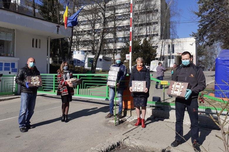 Oklevelet és édességet kaptak a csíkszeredai kórház alkalmazottai