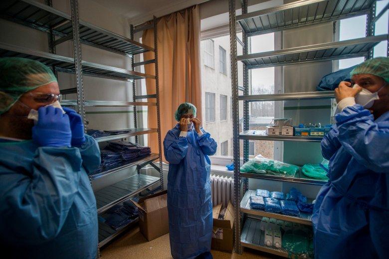 Mikrobiológus: pár héten belül a koronavírusos esetek száma eléri majd az ezret is naponta