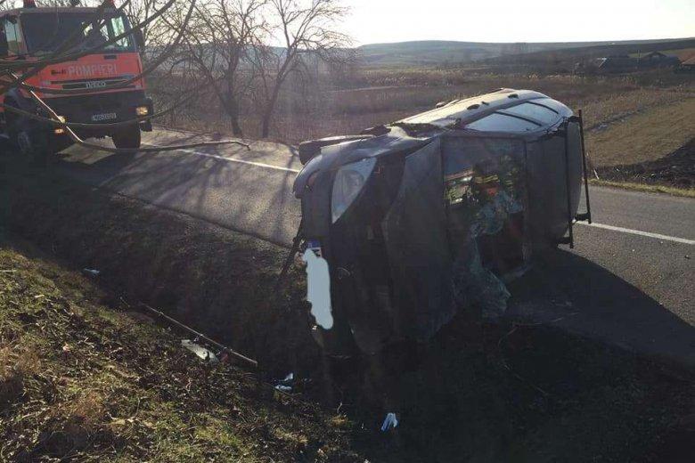 Felborult egy személyautó, hárman megsérültek