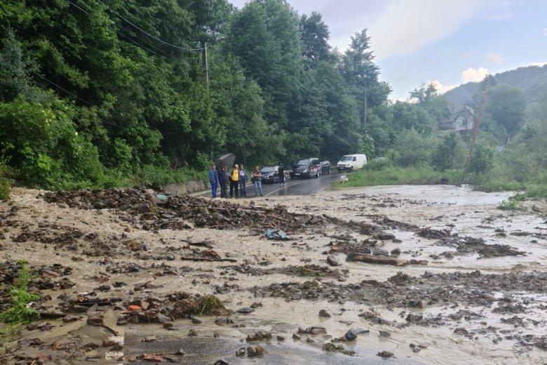 Három patak zúdult át az országúton