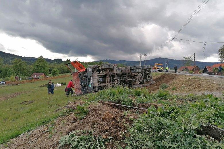 Felborult egy teherautó Csíkszereda határában