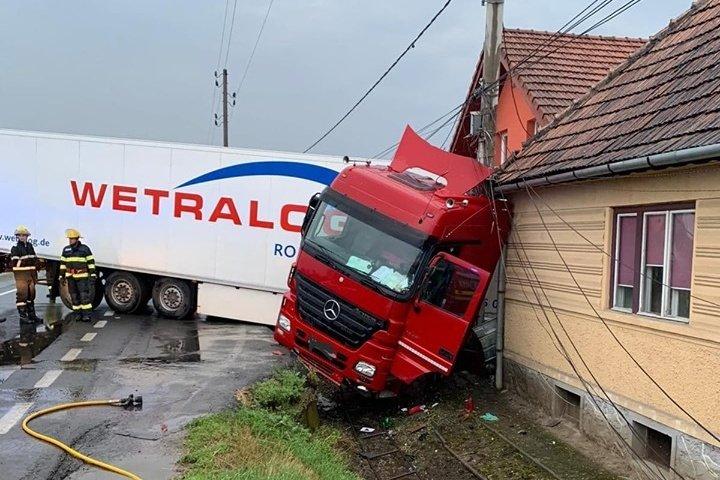 Két háznak is nekiütközött az úttestről lesodródó kamion
