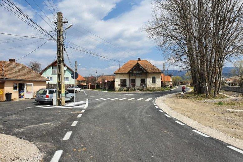 Leaszfaltozták a községi utakat Kászon községben, de még lesz munka bőven