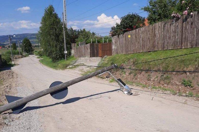 Kidőlt villanyoszlop zárt le egy utcát Székelyudvarhelyen