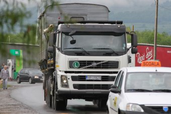 Tehermentesítenék a forgalmat Brassó megyében: négy útszakasz korszerűsítésére pályázik az önkormányzat