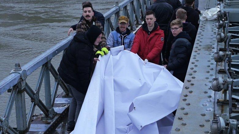 Az aláírásgyűjtés fontosságára hívták fel a figyelmet a Lánchídon