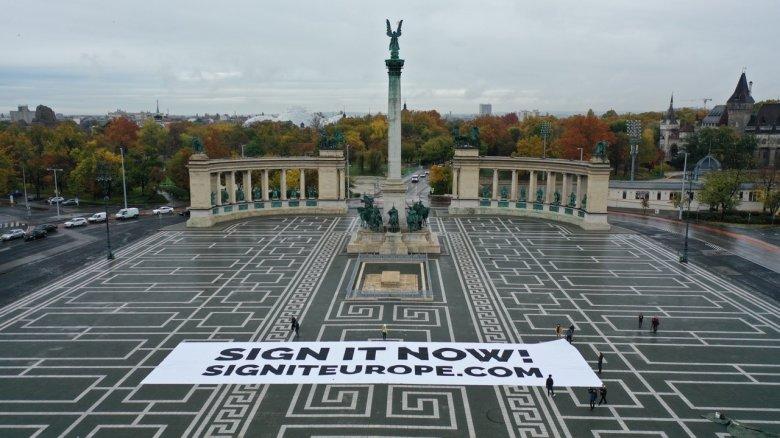 Látványos budapesti akcióval hívták fel a figyelmet az aláírás fontosságára
