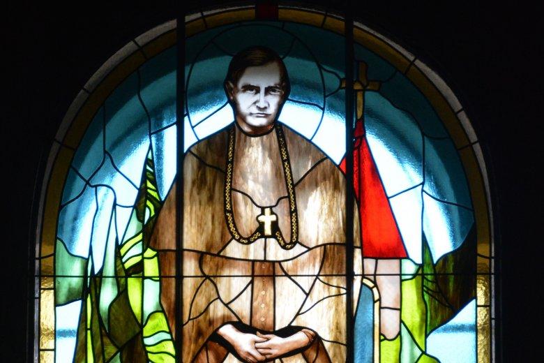 Üvegfestmény készült Márton Áron püspökről