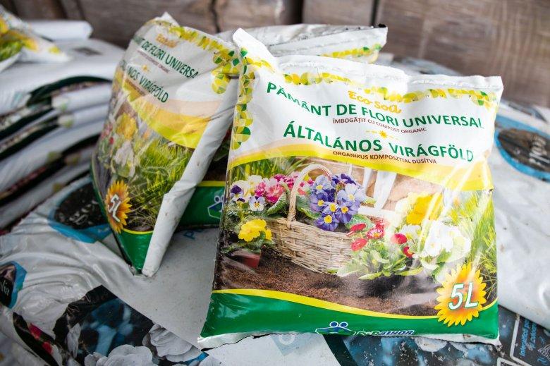 Közel háromezer zsáknyi virágföldet osztottak szét a tömbházlakóknak