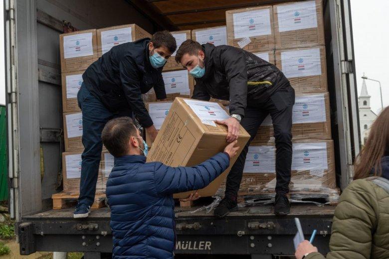 Újabb anyaországi segítség: közel 1,2 millió védőmaszk érkezett Erdélybe