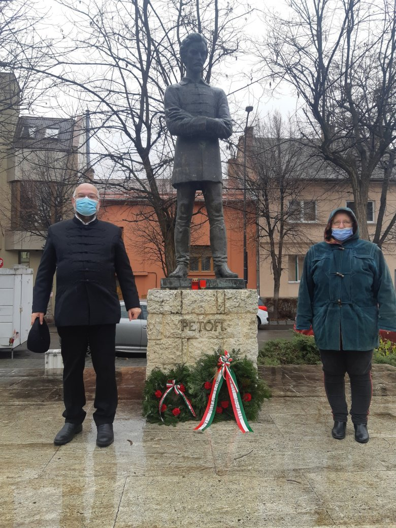 Megkoszorúzták Petőfi Sándor marosvásárhelyi szobrát