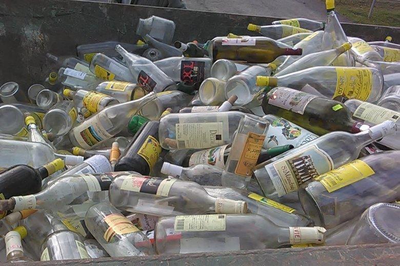 Üveggyűjtés egy nagy kérdéssel: van ezen a fotón olyan palack, amelyik nem alkoholos italt tartalmazott?