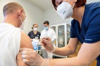 Spanyolországban nyilvántartásba vennék a koronavírus elleni oltást elutasítókat
