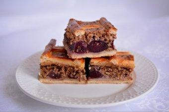Diós-meggyes rácsos pite
