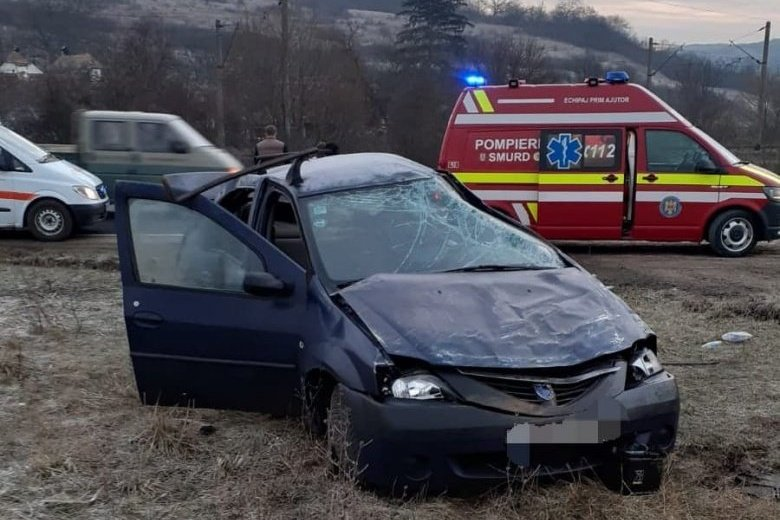 Öten sérültek meg az útról lesodródó autóban