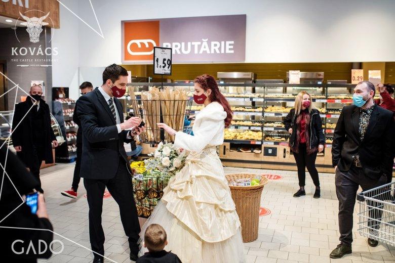 Esküvőt játszottak el egy szupermarketben, hogy felhívják a figyelmet a kettős mércére