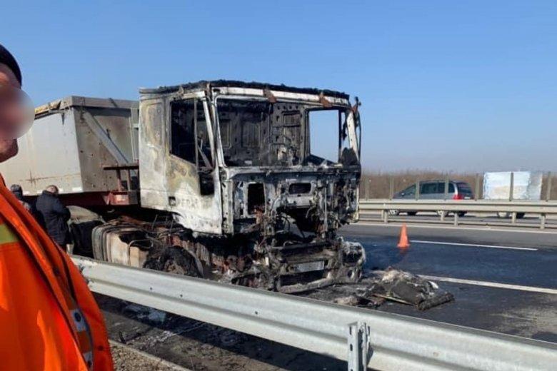 Teherautó vezetőfülkéjében keletkezett tűz miatt állt a forgalom az autópálya letérőjénél
