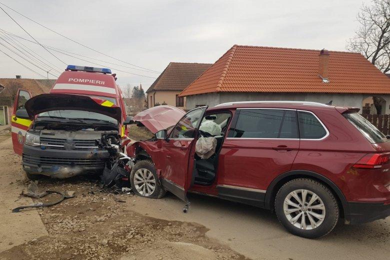 Rohammentővel ütközött egy autó, ketten megsérültek