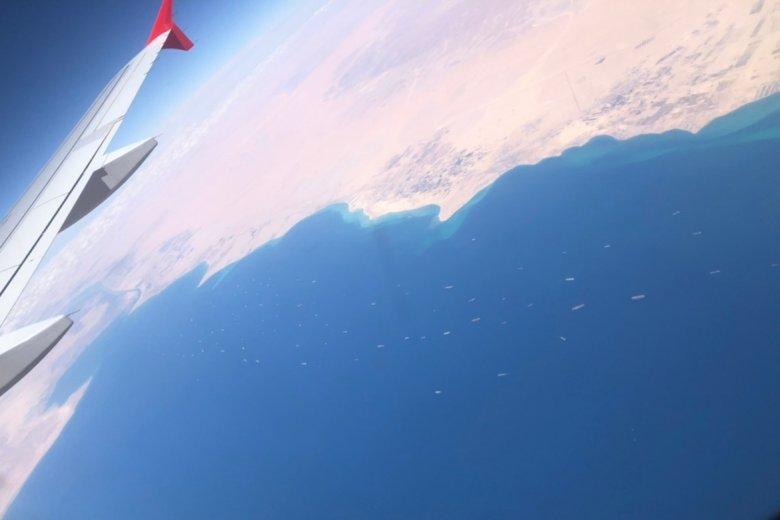 Ilyennek látta olvasónk repülőgépből a Szuezi-csatornánál kígyózó hajósort