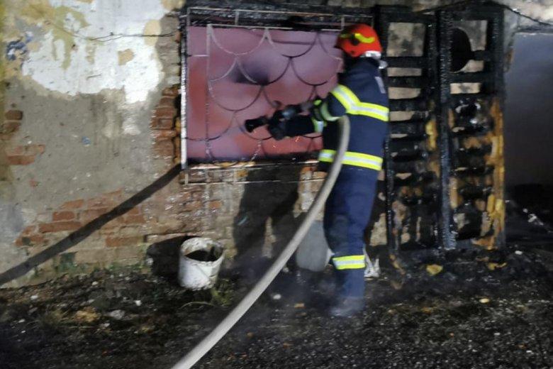 Beomlott a lángoló épület tetőzete, idős férfi vesztette életét