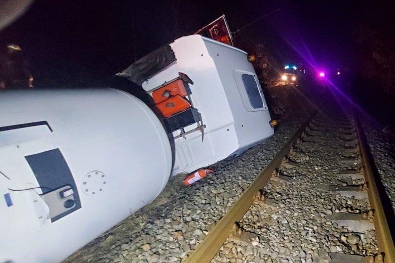 Üzemanyagot szállító tartálykocsi borult a vasúti sínek mellé
